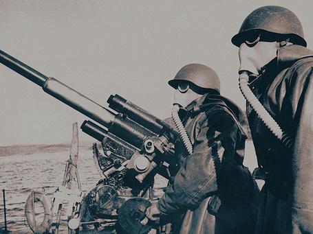 Фото 20 сентября 1941 года. Бойцы корабля в момент боевой химической тревоги. Северный флот. Фото Е. Халдея