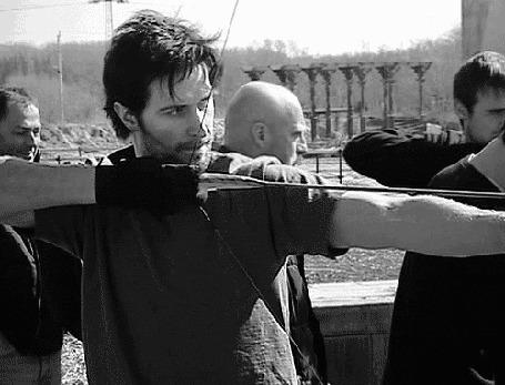 Фото Актер Richard Armitage / Ричард Армитидж учится стрелять из лука для сериала Robin Hood / Робин Гуд