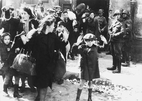 Фото Солдаты СС охраняют колонну пленных евреев в варшавском гетто. Ликвидация варшавского гетто после восстания