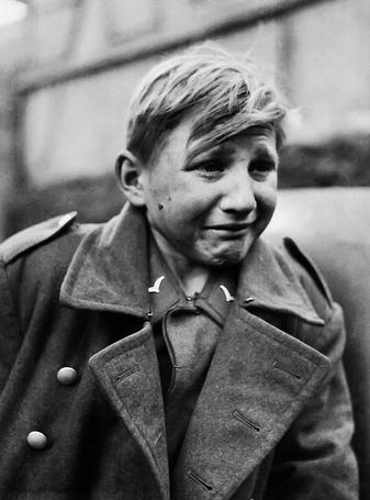 Фото Пятнадцатилетний немецкий зенитчик из Гитлерюгенд — Ганс-Георг Хенке / Hans Georg Henke, взятый в плен солдатами 9-й армии США в городе Гиссен, Германия / Giessen, Germany, 29 марта 1945 года