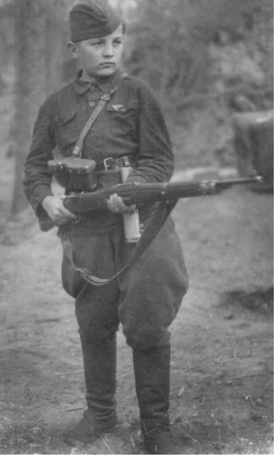 Фото 13-летний разведчик-партизан Федя Мощев. Мальчику нашли немецкую винтовку - Маузер 98К, октябрь 1942 года