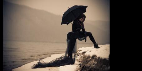Фото Девушка в черном стоит на склоне с черным зонтом (© Banditka), добавлено: 03.05.2013 21:54