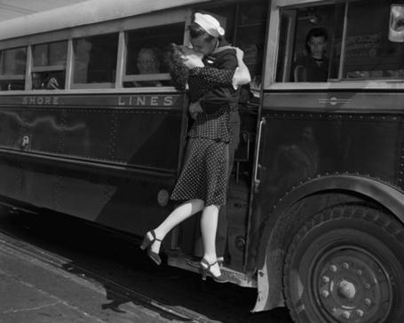 Фото Девушка целует на прощание матроса, которой вот-вот уедет в автобусе