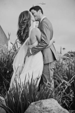 Фото Девушка с парнем целуются, стоя среди травы (© Black Tide), добавлено: 04.05.2013 01:35