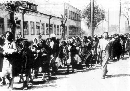 Фото Колонна еврейских женщин и детей под конвоем литовской «самообороны», Литва, СССР 1941 год