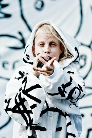 Фото Йоланди Фиссер / Yolandi Visser из группы Die Antwoord поет с протянутой рукой (© REINA), добавлено: 04.05.2013 12:03
