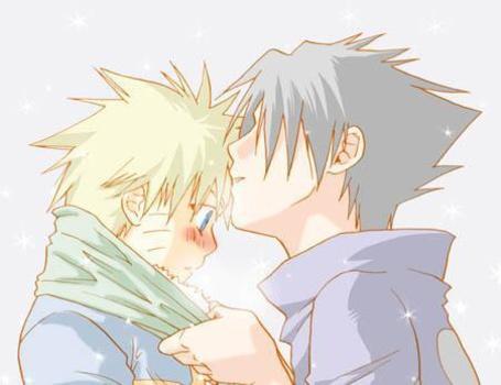 Учиха Саске / Uchiha Sasuke тянется поцеловать Наруто Узумаки / Naruto Uzumaki из аниме Наруто / Naruto