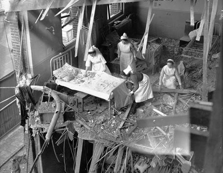 Фото Медсестры разбирают завалы в одной из палат полуразрушенного госпиталя Св. Петра в Ист-Сайде, Лондон / East Side, London, 19 апреля 1941 года
