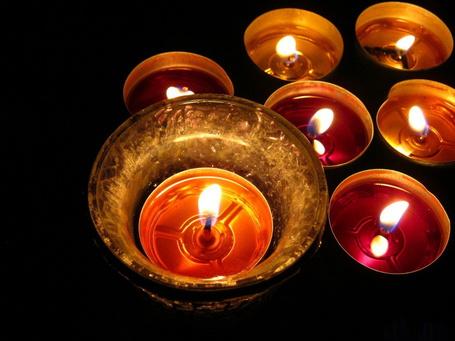 Фото Горящие свечи на черном фоне