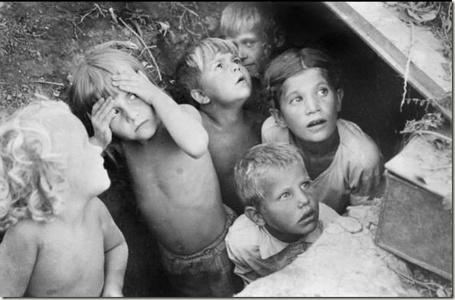 Фото 22 июня 1941 г, где-то на юго-западе СССР, дети прячутся от бомбежки