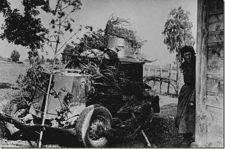 Фото Замаскированная ветками бронемашина и советский солдат выглядывающий из-за угла, 1941 г (© StepUp), добавлено: 07.05.2013 00:31