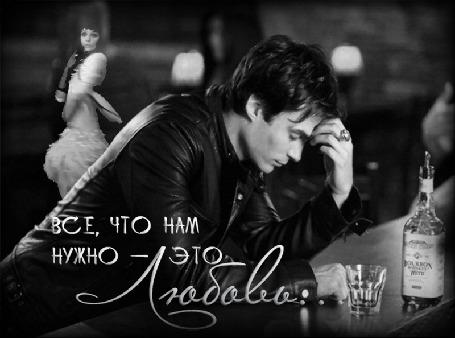 Фото Дэймон Сальваторе / Damon Salvatore сидит за барной стойкой, позади него, на заднем плане, крутится девушка, кадр из сериала Дневники вампира / The Vampire Diaries (Все, что нам нужно - это Любовь)
