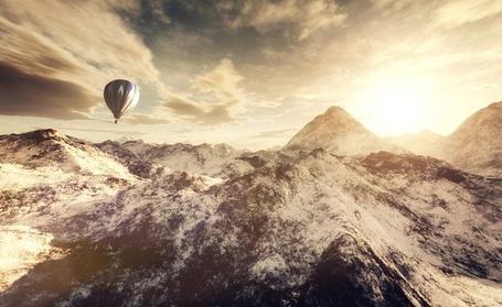 Фото Воздушный шар летает над снежными горами, фотограф Алекс Тишер / Alex Teuscher