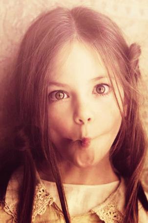 Фото Американская модель и актриса Маккензи Фой / Mackenzie Foy скорчила забавную рожицу