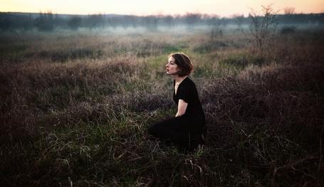 Фото Девушка в черном платье сидит в траве, фотограф Марат Сафин / Marat Safin (© ), добавлено: 12.05.2013 10:14