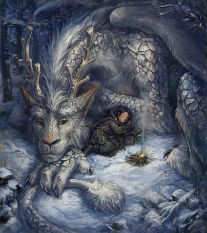 Фото Девушка спит на снегу, прижавшись к рогатому дракону, чтобы не замерзнуть