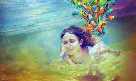 Фото Рисунок девушки, которая плывет под водой, а сзади яркие узоры