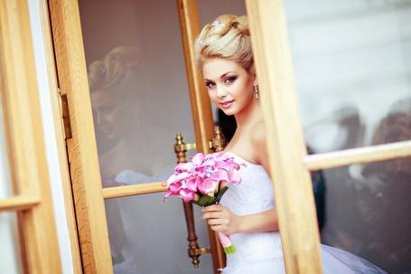 Фото Девушка в свадебном платье с букетом цветов в руке, фотограф Мария Петрова (© SK), добавлено: 15.05.2013 14:44