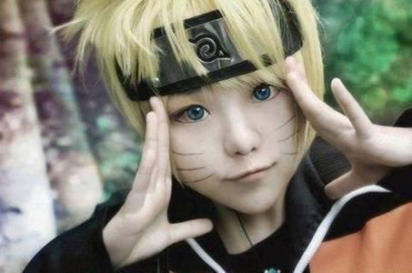 Фото Косплей маленький Наруто / Naruto приложил руки к вискам на заднем плане красивый лес по аниме Наруто / Naruto