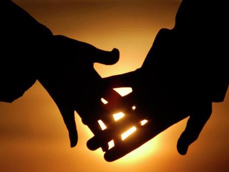 Фото Парень и девушка держутся за руки на фоне заходящего солнца (© muka), добавлено: 18.05.2013 06:58