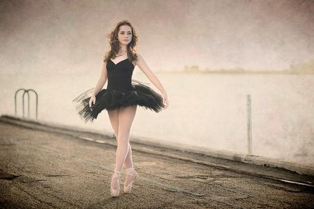 Фото Балерина стоит на фоне моря и неба, фотограф Мишель Джойс / Michelle Joyce