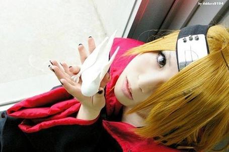 Фото Косплей Дейдара / Deidara из Акатсук / Akatsuk сидит на подоконнике и держит в руках глинянную птицу из аниме Наруто / Naruto (© muka), добавлено: 18.05.2013 09:04