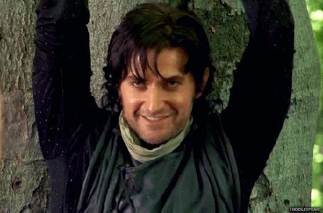 Фото Актер Richard Armitage / Ричард Армитидж в роли Guy of Gisborne / Гай Гисборн из сериала Robin Hood / Робин Гуд злорадно улыбается, привязанный к дереву