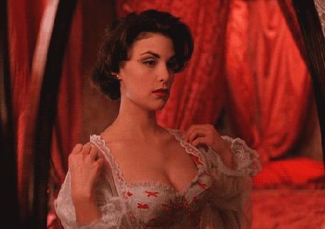 Фото Актриса Sherilyn Fenn / Шерилин Фенн стоит перед зеркалом в нижнем белье и полупрозрачном халатике в сериале Twin Peaks / Твин Пикс