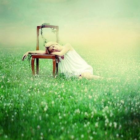 Фото Девушка, сидя в траве, облокотилась на стул (© ), добавлено: 23.05.2013 08:17