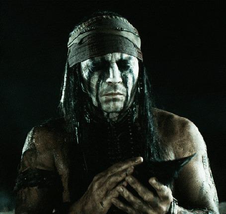 Фото Индеец Тонто, чью роль исполняет актер Johnny Depp / Джонни Депп, в фильме The Lone Ranger / Одинокий рейнджер, держит в руках мертвого ворона