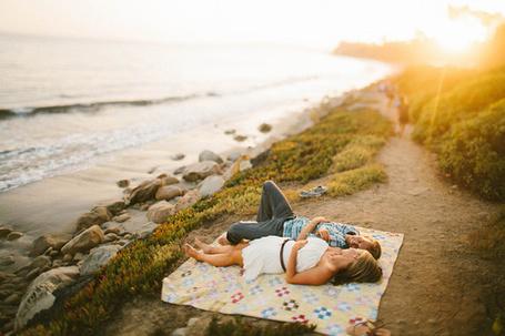 Фото Мужчина и девушка лежат на берегу моря (© Seona), добавлено: 30.05.2013 14:14