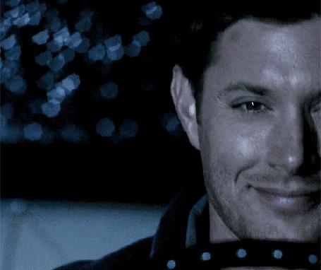 Фото Улыбающийся актер Дженсен Эклз / Jensen Ackles в роли Дина Винчестера / Dean Winchester из сериала Сверхъестественное / Supernatural, едет в машине