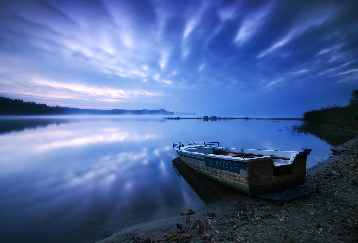 лодка на лесном озере