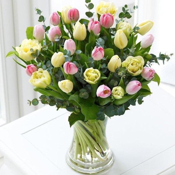 Букет желтых и розовых тюльпанов на столе