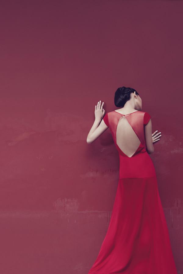 Девушка в платье стоящая спиной