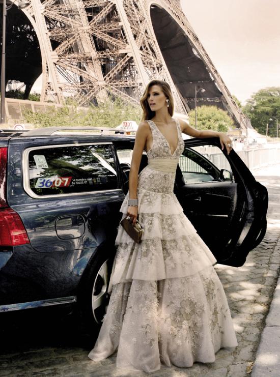 Фото девушка выходит из автомобиля у