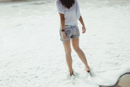 Фото Девушка гуляет по берегу моря