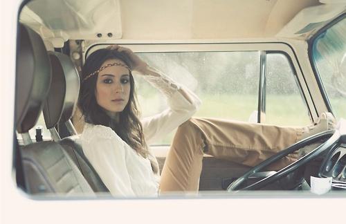 Фото девушка сидит в салоне авто