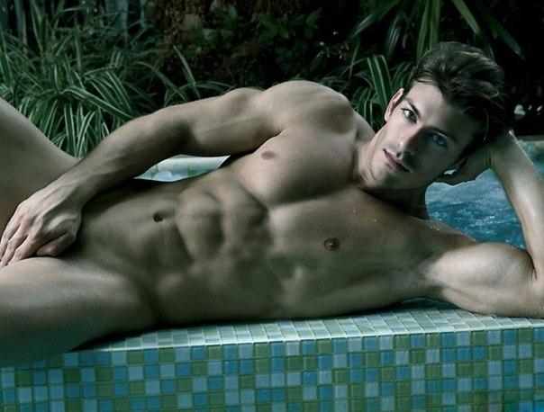 Фото мужчина голый лежит фото 367-186