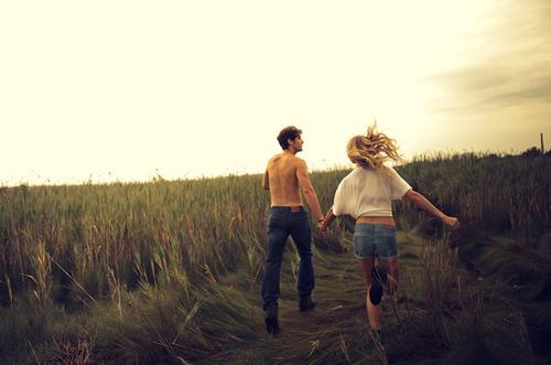Фото Девушка с парнем бегут по полю
