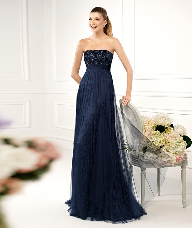 В длинном платье темно синего цвета