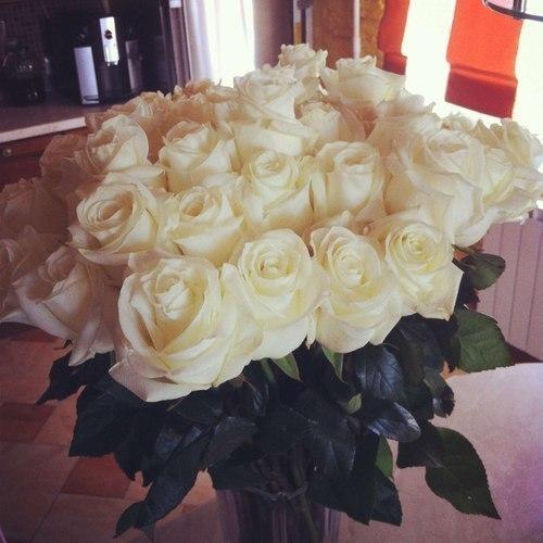 Фото Красивый букет из белых роз в стеклянной вазе: http://photo.99px.ru/photos/112917/