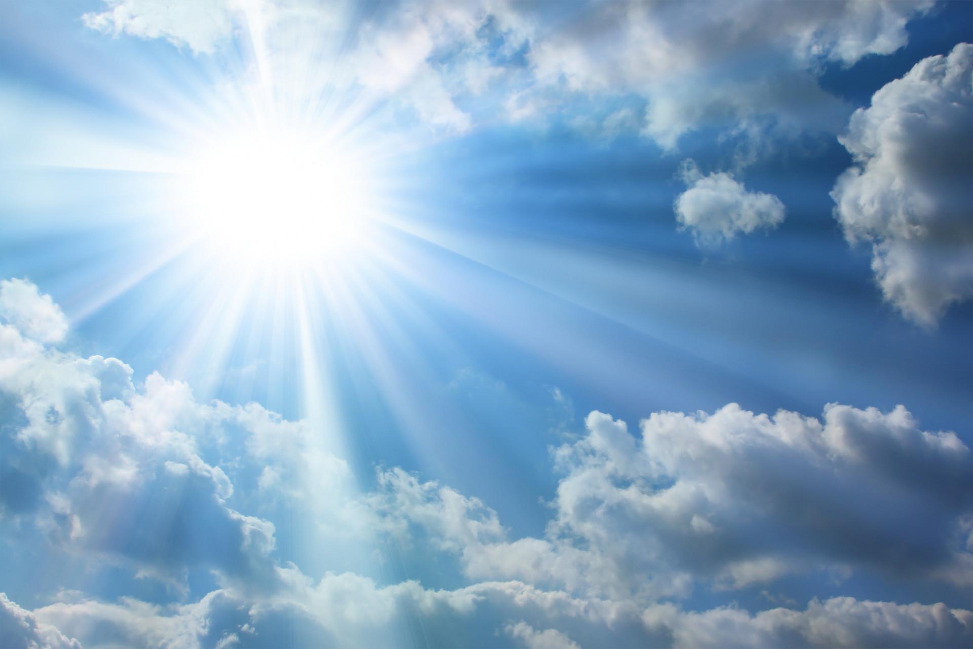 Фото яркое солнце в голубом облачном