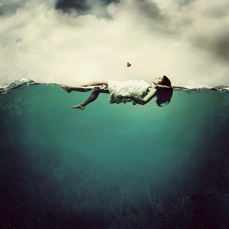 Фото Девушка, плывя на спине по водоему, смотрит на оранжевую бабочку (© Seona), добавлено: 01.06.2013 01:53