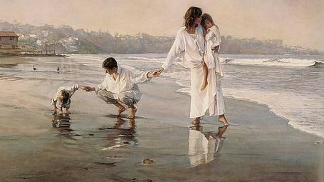 Фото Мужчина с женщиной и с детьми гуляют по пляжу у моря в белой одежде