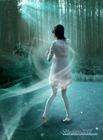 Фото Девушка в белом платье окутанная сиянием, стоит на лесной поляне, арт Bluefairy-16 (© Флориссия), добавлено: 01.06.2013 13:38