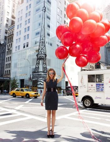 Фото Девушка со связкой красных воздушных шариков в руках стоит напротив офисного здания Louis Vuitton в Нью-Йорке, США / New York, USA, фотограф Michelle Holden / Мишель Холден