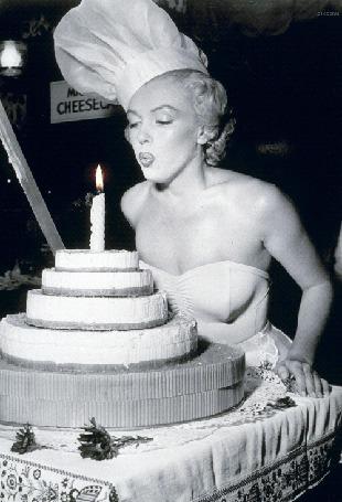 Фото Актриса и певица Marilyn Monroe / Мэрилин Монро задувает свечу на торте, в свой день рождения