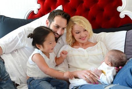 Фото Актриса Кэтрин Хэйгл / Katherine Heigl с мужем и старшей дочкой радостно смотрят на новорожденного младенца