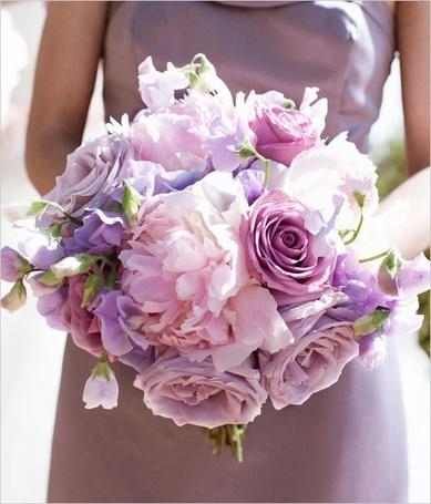 Фото Девушка с букетом из сиреневых роз и розовых пионов